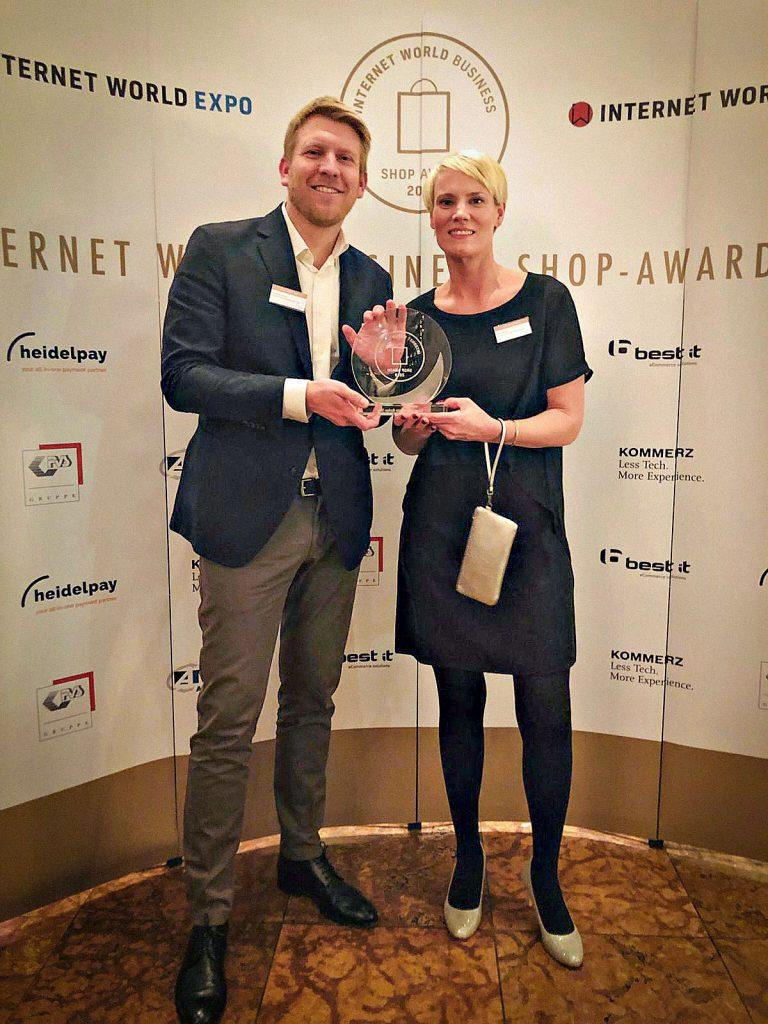 "Dominik Sibum (Teamleiter User Experience bei bonprix) und Nina Moths (Abteilungsleiterin Digital Content Marketing bei bonprix) nehmen die Auszeichnung als ""Bester Markenshop"" beim Internet World Business Shop-Award 2019 entgegen (v.l.n.r.) (obs/bonprix Handelsgesellschaft mbH/bonprix.de)"