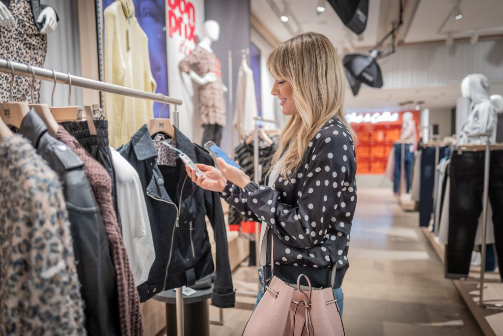fashion connect: Shopping per App im neuen bonprix Pilot Store in Hamburg.